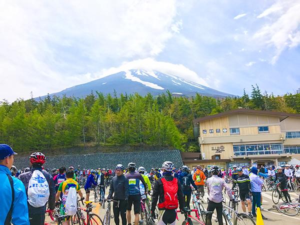 富士ヒル5合目。ダウンヒルの際はダウンなど暖かい格好で降ります。