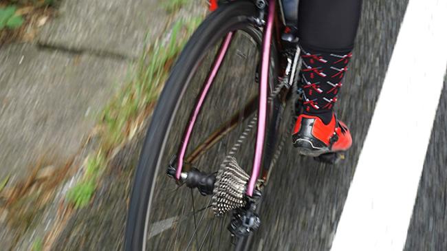 サイクリング中に親指が痛み出す人は外反母趾のせいかも!外反母趾な私が遂にたどり着いた超優秀サポーターを紹介