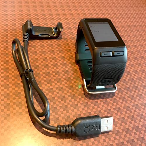 専用の充電器で充電します! GARMIN vivoactive J HRを日常的につかってみた感想をブログにしました!
